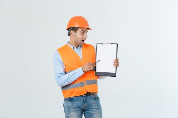 Ingenieure, die dokumente in der zwischenablage prüfen, die über weißem hintergrund lokalisiert wird.
