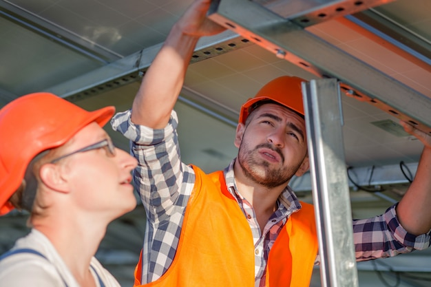 Ingenieure, die sonnenkollektoren auf rahmen installieren.