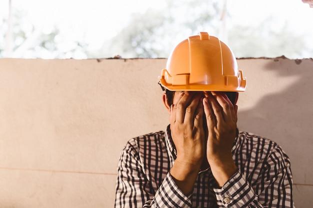 Ingenieure sind arbeitslos und sitzen alleine nach der entlassung