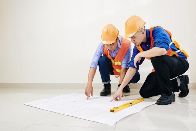 Ingenieure überprüfen bauplandetails