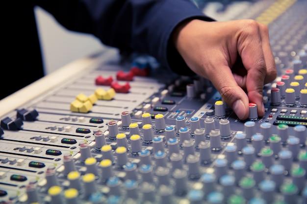 Ingenieure überprüfen das soundsystem im studio.