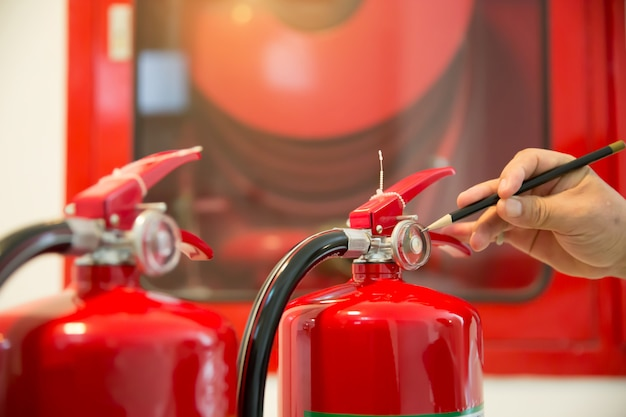 Ingenieure überprüfen feuerlöscher.