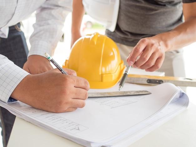 Ingenieure und architekten entwerfen haus und planen für den aufenthalt von leuten