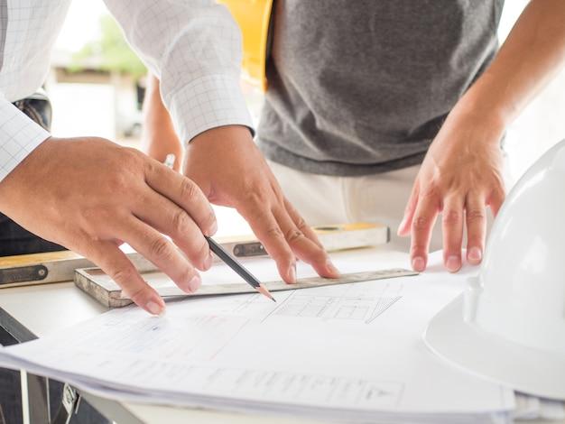 Ingenieure und architekten werden haus für wohnsitz von leuten in der gesellschaft entwerfen