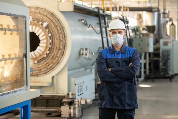 Ingenieure und programmierer, die mit moderner automatisierter cnc-maschine in der werkstatt arbeiten