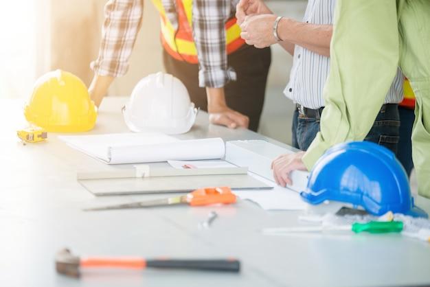 Ingenieure und vorarbeiter diskutieren