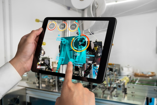 Ingenieure verwenden augmented-reality-software in der produktionslinie für intelligente fabriken
