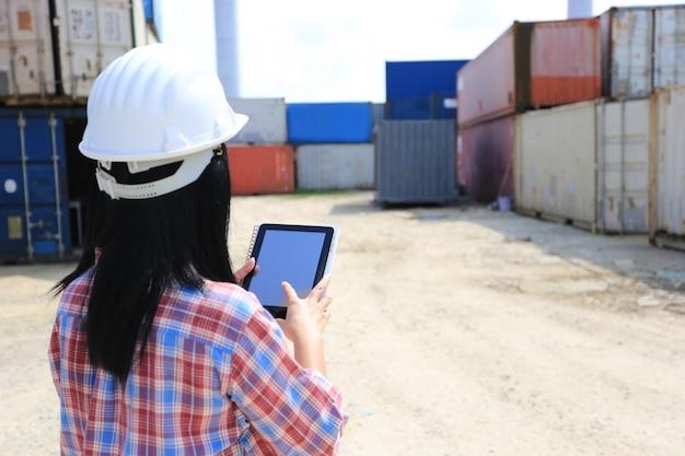 Ingenieurhand, die digitale tablette mit leerem bildschirm hält
