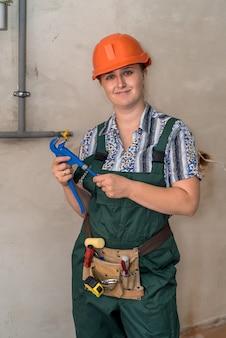 Ingenieurin mit werkzeuggürtel und verstellbarem schlüssel