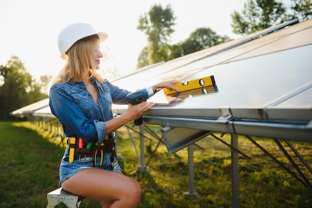 Ingenieurinnen arbeiten an der überprüfung der ausrüstung im solarkraftwerk für grüne energie