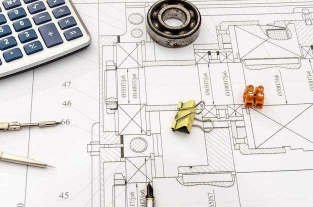 Ingenieurprojekt und verschiedene werkzeuge darauf, nahaufnahme