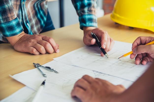 Ingenieurteams treffen sich, um geplante und umgesetzte bauarbeiten zu präsentieren und zu diskutieren.