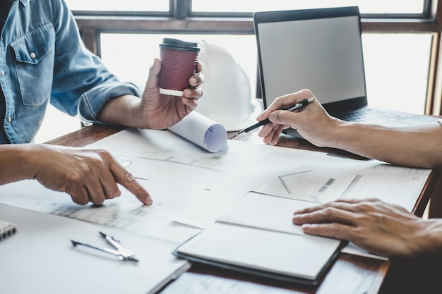 Ingenieurtreffen für projektarbeit mit partner und tools für modellbau und blaupause