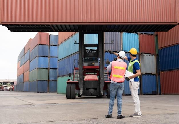 Ingenieurüberprüfung der position beim laden von containern beim frachtcontainerversand