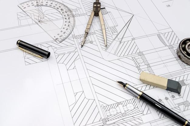 Ingenieurwerkzeuge beim zeichnen, nahaufnahme
