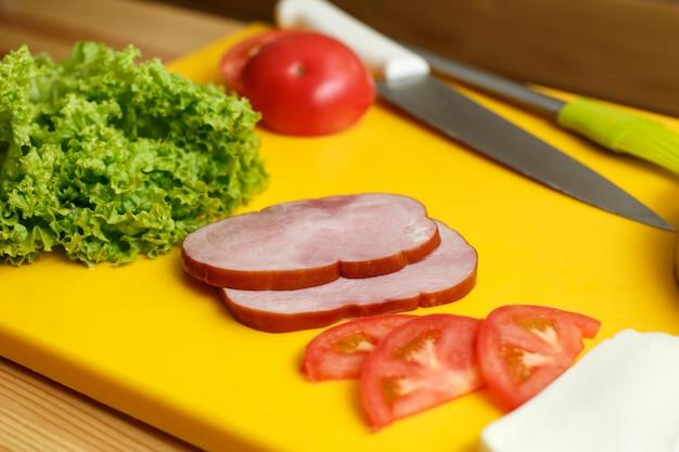 Ingradient für das kochen von sandwich vorbereitet. kochen aus frischem gemüse