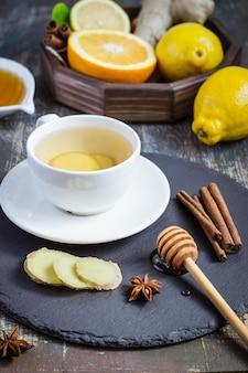 Ingwer hot immunity boosting vitamin natürliches getränk mit zitrusfrüchten, honig und zimt und zutaten