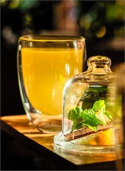 Ingwer-minz-tee mit zitrusfrüchten im café-restaurant zu trinken, gut zu entspannen