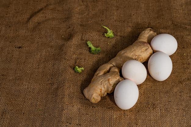 Ingwer mit vier weißen wggs und brokkoli lokalisiert auf absackhintergrund