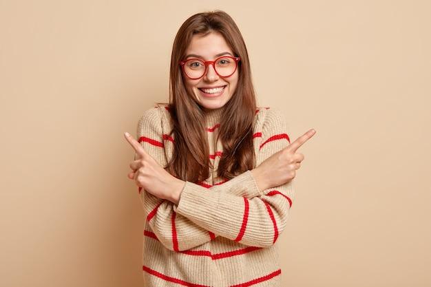 Ingwer-teenager, der rote brillen trägt