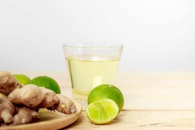Ingwer und limette, zutaten für kräutergetränke ingwersaft gemischt mit limette, verhindert grippe und covid-19
