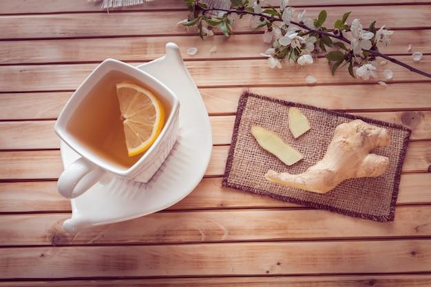 Ingwer und tasse tee mit zitrone