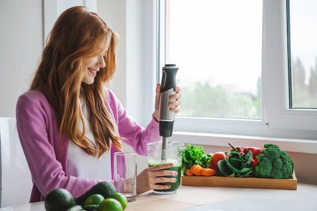 Ingwerfrau presst saft für eine gesunde ernährung und einen gesunden lebensstil
