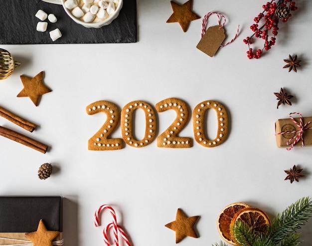 Ingwerplätzchen des lebkuchens 2020 des neuen jahres und schokoladenbecher mit eibischen
