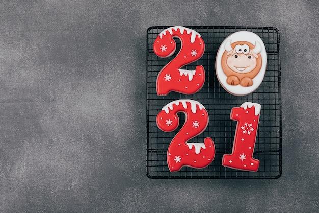 Ingwerplätzchen kekse der form der nummern 2021 und stier.
