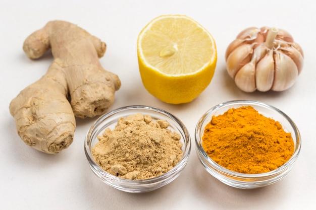 Ingwerwurzel, trockener ingwer und kurkumapulver, knoblauch und zitrone. nahrung zur stärkung der immunität. draufsicht