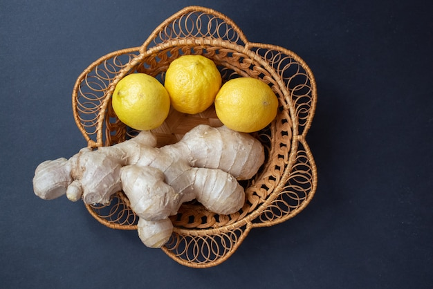 Ingwerwurzel und zitrone. natürliche und schmackhafte erkältungsmittel