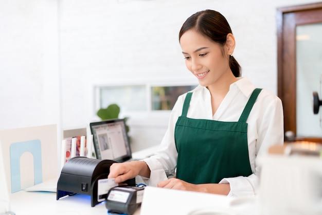 Inhaber kreditkarte wird verwendet, um für essen und kaffee zu bezahlen.