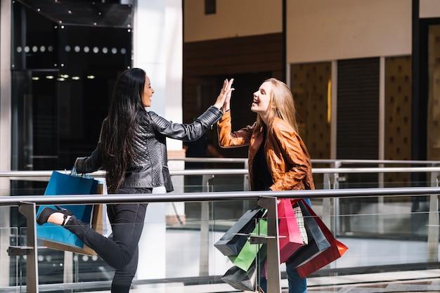 Inhalt mädchen geben hohe fünf in mall