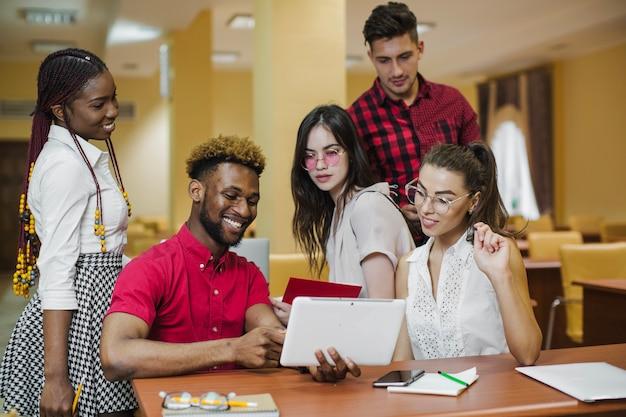 Inhalt menschen coworking und studieren