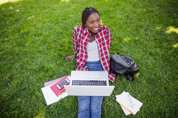 Inhalt schwarzer student mit studien auf wiese