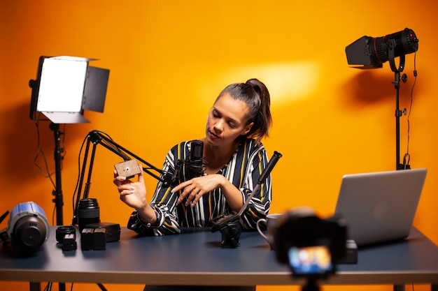 Inhaltsersteller, der einen videoblog über fluidkopf für stative aufzeichnet