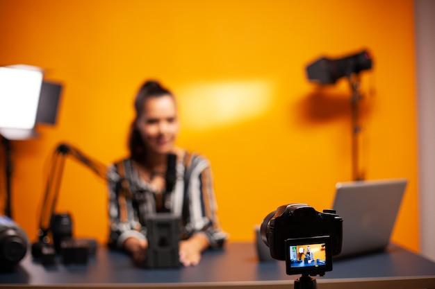 Inhaltsersteller tippt auf laptop und beantwortet fragen von followern während des podcasts