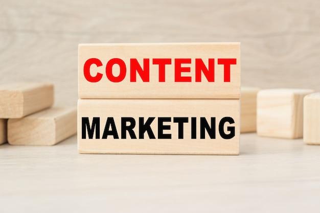Inhaltsvermarktung auf holzwürfeln geschrieben