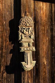 Inka-zivilisationsmetallwerkzeug namens tumi, das von einem wunderschönen sonnenlicht beleuchtet wird, das seine figur verbessert.