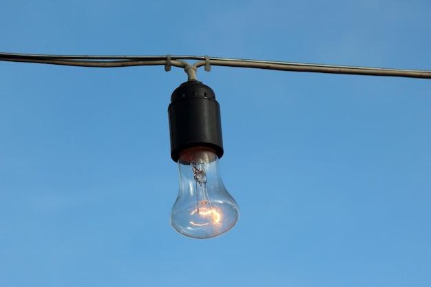 Inklusive hängende elektrische lampe