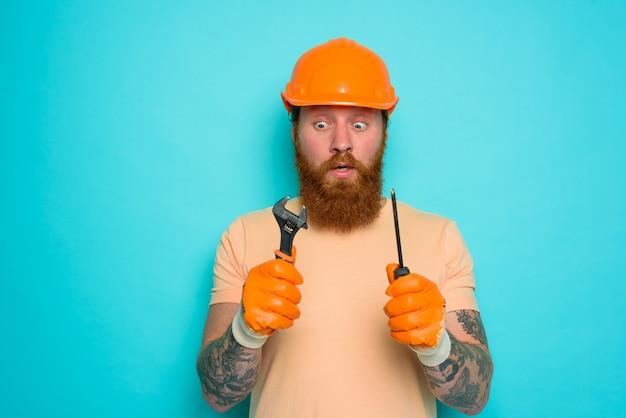 Inkompetenter arbeiter hat angst und macht sich sorgen um seine arbeit