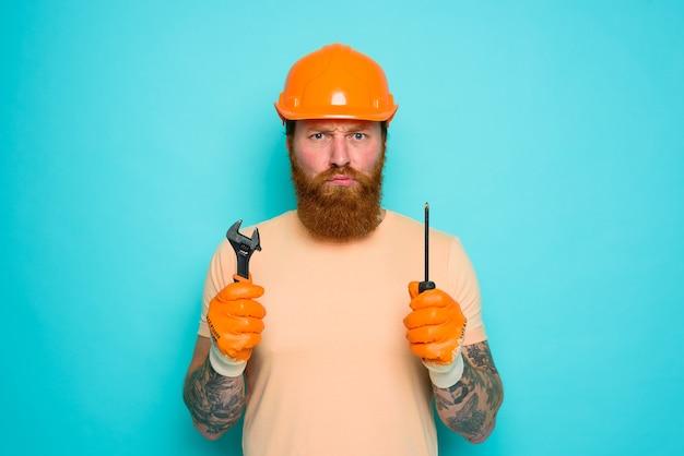 Inkompetenter arbeiter ist unsicher und verwirrt über seine arbeit