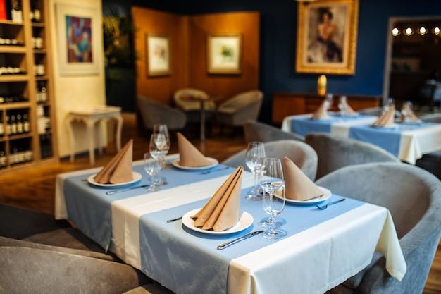Innen serviert restaurant tisch weingläser