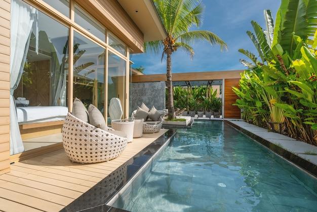 Innen- und außendesign der luxus-poolvilla, des hauses und des pools mit schlafzimmer