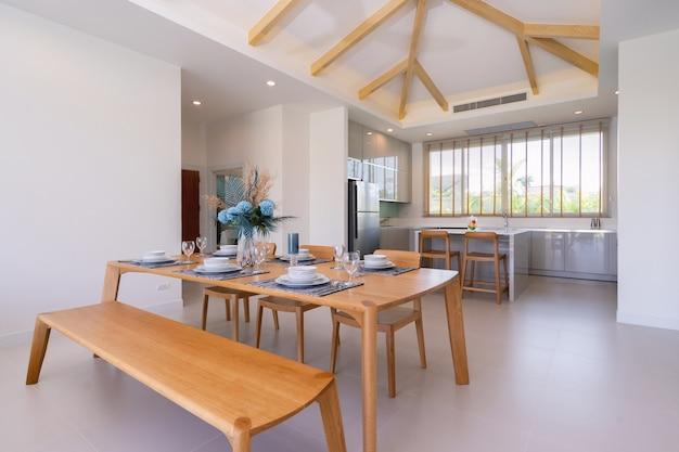 Innen- und außendesign des offenen wohn- und essbereichs