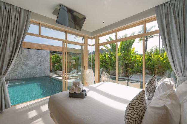 Innen- und außendesign im schlafzimmer der luxus-poolvilla, des hauses und des hauses mit swimmingpool