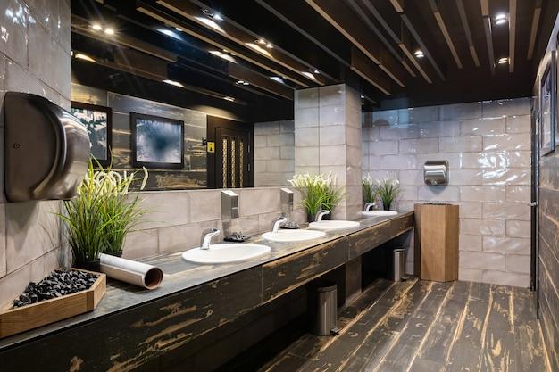 Innenansicht der toilette im restaurant