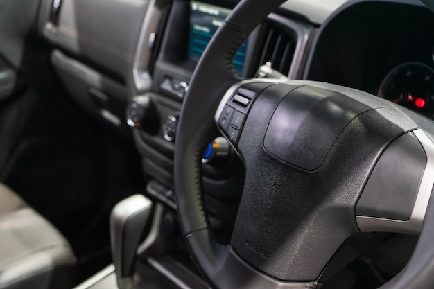 Innenansicht des modernen autos, nahaufnahme des autolenkrads.