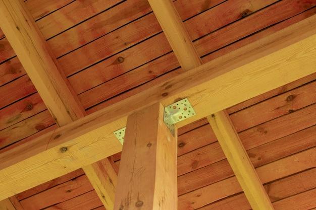 Innenansicht einer hölzernen dachkonstruktion mit balken.