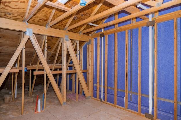Innenansichtbauwand eines wohnungsdachbodens des neuen wohnhauses des neuen rahmens
